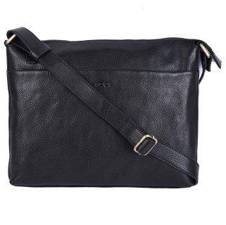 da8ff6ba467 Deze leren schoudertas is tijdloos en kun je overal en altijd dragen. Zowel  als schoudertas als crossbody. De schoudertas is gemaakt van soepel leer en  ...